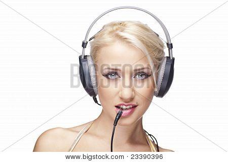 Lächelnd Modell mit Kopfhörer auf