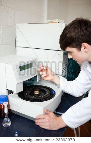 Mannelijke laboratorium-assistent met behulp van een Centrifuge