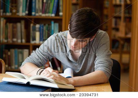 Mannelijke Student werken gericht