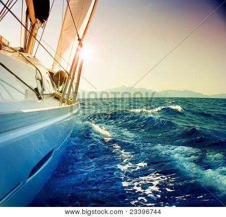 Iate de vela contra o pôr do sol.Sailboat.Sepia tonificada