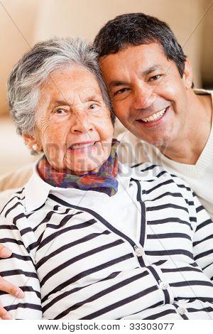 Lächelnd Portrait einer glücklichen Mutter und Sohn zu Hause