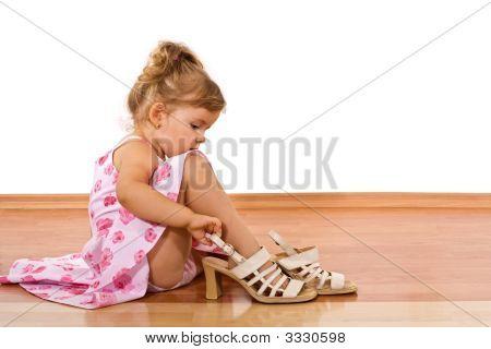 Experimentando os sapatos da mamãe