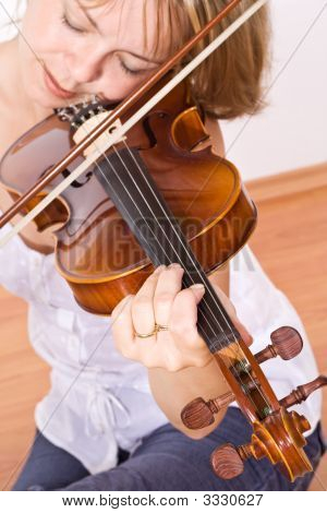 Woman enjoying Violine Musik
