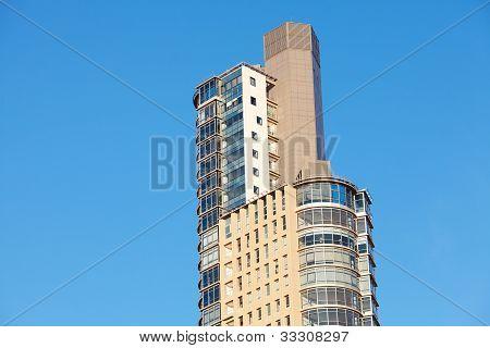 Hermoso edificio de oficinas moderno contra el cielo azul