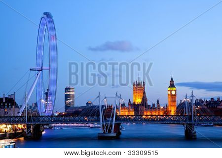 Londres - el 15 de abril: London Eye con el Big Ben, el 15 de abril de 2012 en Londres. La noria más grande en