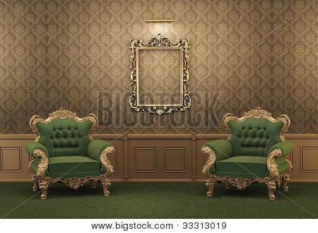 Sillones y marco de oro vacío en una pared. Apartamento real. Lujoso Interior. Muebles barrocos