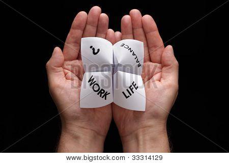Cartomante origami no conceito de mãos concha para escolhas de equilíbrio da vida de trabalho