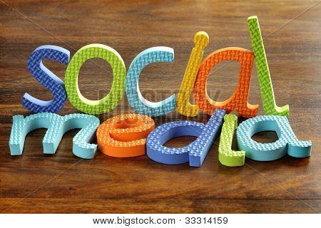 Medios de comunicación social escrito en concepto de cartas de espuma para redes sociales dentro de la cultura de la juventud