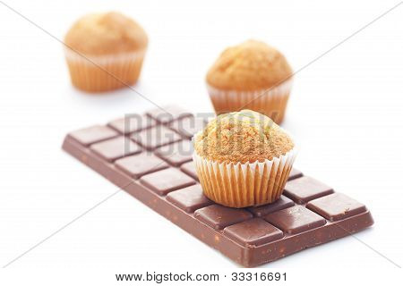 Barra de Dark Chocolate y Muffin aislado en blanco