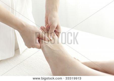 La esteticista que masajea los pies