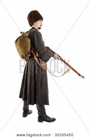 Vista lateral de cosaco ruso con una pistola.