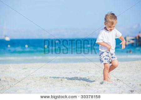 Muchacho con caminar en la playa