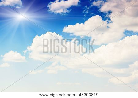 Brancos fofos nuvens no céu azul