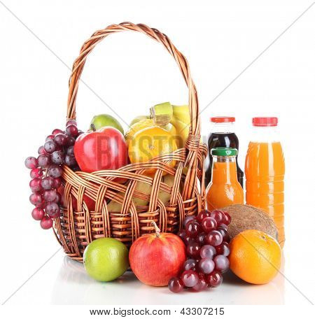 Diferentes frutas en cesta de mimbre con jugo aislado en blanco