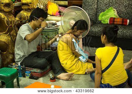 NAKHON CHAI, Tailândia - 1 de MAR: Mestre não identificado faz tatuagem de Yantra tradicional em 1 de março de 2012