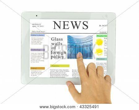 mãos apontando na notícia em moderno tablet PC