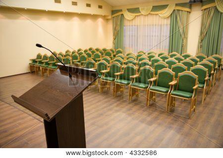 modernen Auditorium Hall mit tribune
