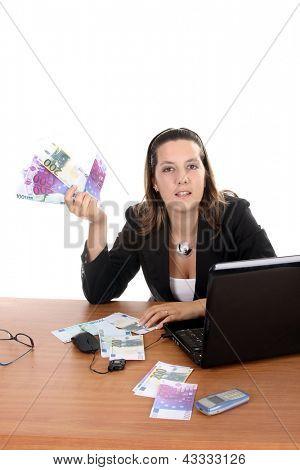 mulher feliz com notas de euros