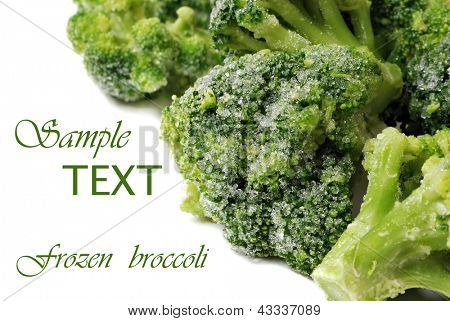 Congelados brócolis com cristais de gelo no fundo branco, com espaço de cópia.  Macro com dof raso.