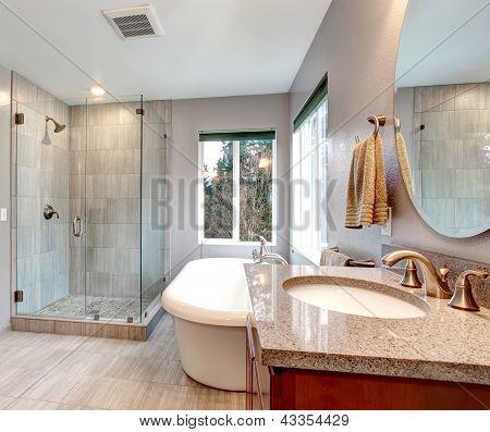Belo cinza nova moderna casa de banho Interior.