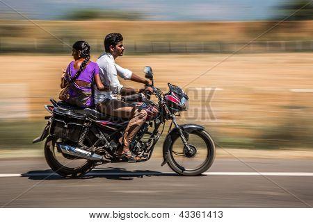 KERALA, Índia - 17 de fevereiro: Família jovem andando em uma moto, 17 de fevereiro de 2013, em Kerala, na Índia. Motor
