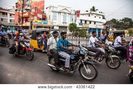 THANJAVUR, Índia - 13 de fevereiro: Pilotos indianos montar motos em estrada movimentada em 13 de fevereiro de 2010 em T