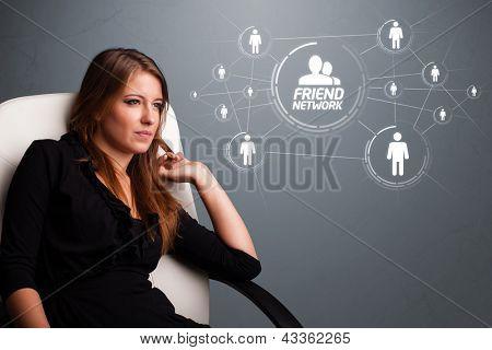 Jovem atraente olhando para rede social moderna