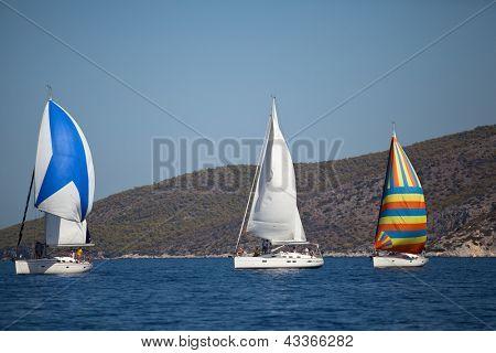 """SARONISCHEN Golf, Griechenland - SEPTEMBER 26: Konkurrenten Boote während der Segel-Regatta """"Viva Griechenland 2012"""""""