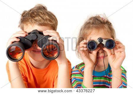 Broer en zus kijken door middel van verrekijkers op een witte achtergrond
