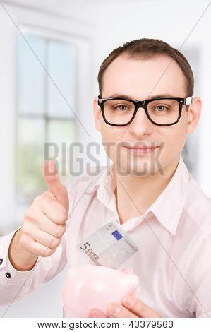 imagens do empresário com o cofrinho e dinheiro