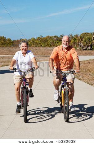 Mayores jubiladas activas en bicicletas