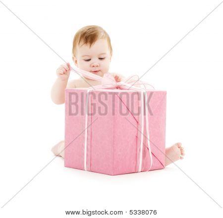 Baby Boy mit großen Geschenk-box