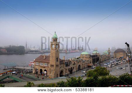 Landungsbruecken und dem Hafen in Hamburg, Deutschland