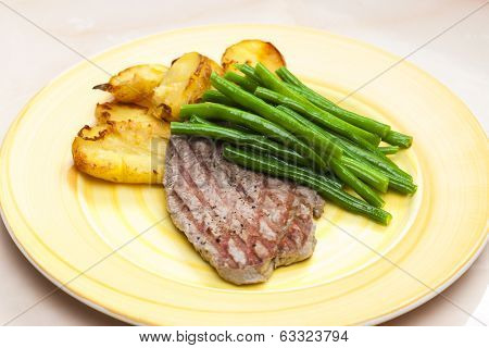 beefsteak with green beans and garlic potatoes