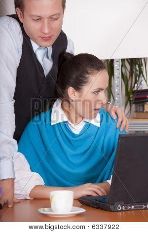 sexuelle Belästigung in office