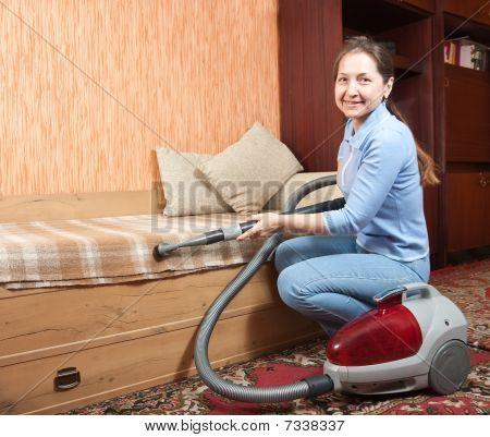 Frauen Reinigung ihr Wohnzimmer.