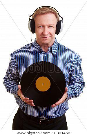 Hombre con auriculares y viejo expediente