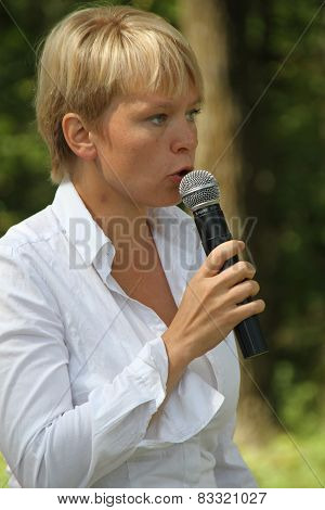 Policies Evgeniya Chirikova speaks to activists in Khimki forest