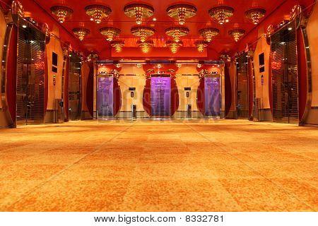 moderne Luxus Hall mit hellen Rot Decke und Aufzüge Vorderansicht