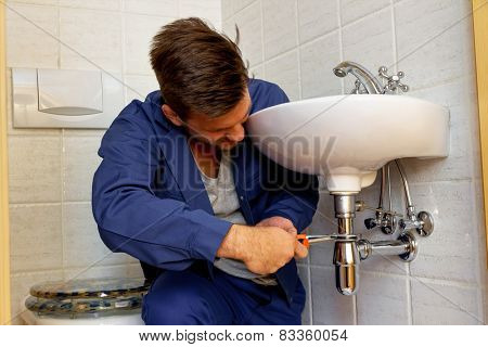 a plumber (insatallateur) at work