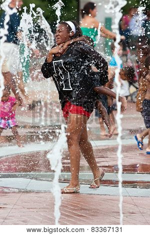 Mother And Child Get Soaked Playing In Atlanta Park Fountain