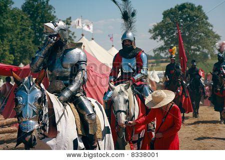 Cabalgata de caballeros montados