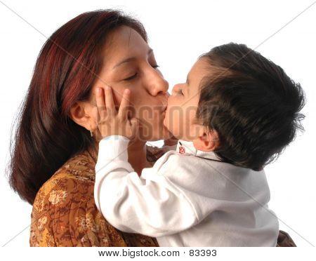 Una madre besando a su pequeño hijo