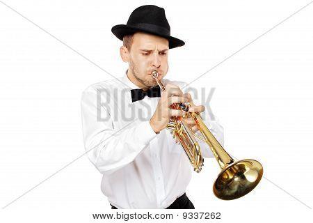 Joven tocando una trompeta