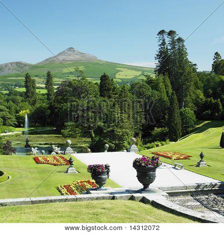 Постер, плакат: Powerscourt сады гору Сахарная голова на фоне страны, холст на подрамнике