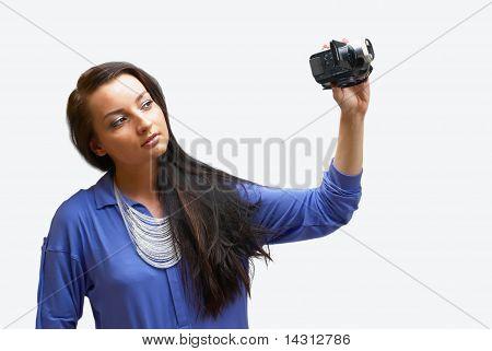 Mujer joven con cámara