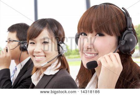 Equipe de serviço de cliente do negócio similing no telefone