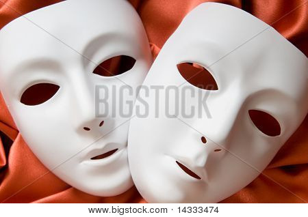 Concepto de teatro con las máscaras de plásticas blancas