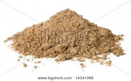Pilha de areia isolada no branco