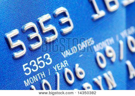 Macro de dígitos en una tarjeta de crédito azul.